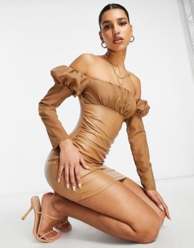 NaaNaa – Bodycon-Kleid aus Kunstleder mit Rüschen und Carmenausschnitt...