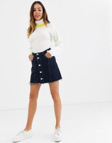 Glamorous – Geknöpfter Mini-Jeansrock mit offenem Saum-Blau